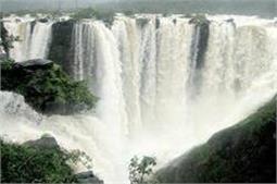 Waterfalls से भरी इस जगह पर आप भी लें घूमने का मजा