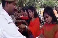 ट्रैफिक सिपाहियों को बहनों ने बांधी राखी, तोफहे में मांगा जाम मुक्त बनारस