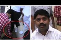 स्वच्छता अभियान कार्यक्रम में पहुंचे याेगी के मंत्री काे प्रतिनिधि ने पहनाया जूता, वीडियो वायरल