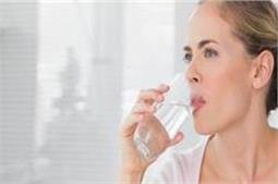 रात को सोने से पहले जरूर पीएं पानी, मिलेगें बेमिसाल फायदे