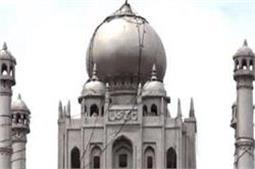पत्नी की याद में छत पर ही बनवा लिया इस शख्स ने मिनी Taj Mahal
