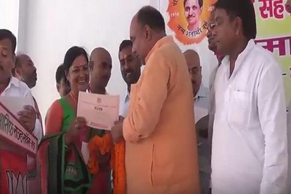 गोरखपुर में मौतों का सिलसिला जारी, योगी के मंत्री खुशियां मनाकर पदाधिकारियों को कर रहे सम्मानित