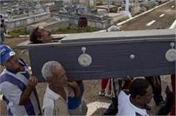 कैसी है यह परंपरा? जिंदा लोगों को दफनाकर मनाया जाता है जश्न