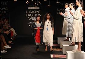 LFW 2017ः Craftmark में देखने को मिले ट्रेडिशनल कढ़ाई के रंग