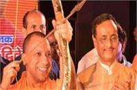 लखनऊ की रामलीला देखने पहुंचे CM योगी, मंचन के दौरान थामा तीर-कमान