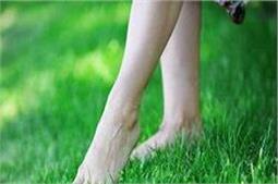 घास पर नंगे पैर चलने से मिलते हैं कमाल के फायदे