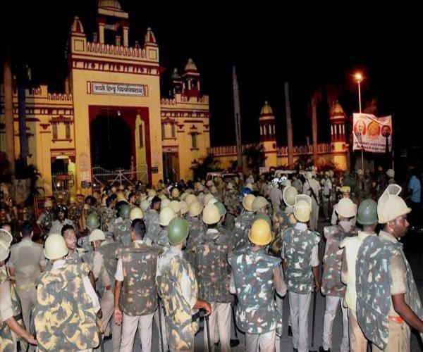 BHU हिंसा मामले में इन अधिकारियों पर गिरी गाज, 1200 छात्र-छात्राओं पर FIR