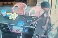 चोर ने दुकान में पड़े मोबाइल पर किया हाथ साफ, घटना सीसीटीवी में कैद