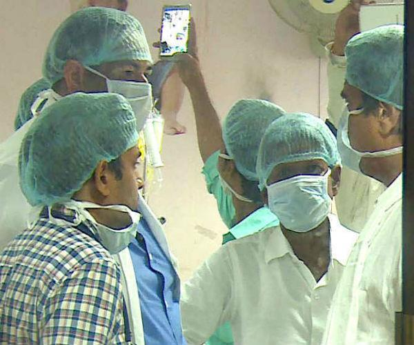 गोरखपुर के BRD मेडिकल कॉलेज पहुंचे राज बब्बर, कार्यकर्त्ताओं ने ली फोटो और सेल्फी