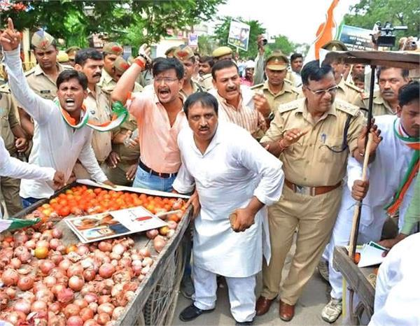 आखिर क्यों सब्जी का ठेला चलाने लगा ये पुलिस अफसर, जानिए पूरा मामला