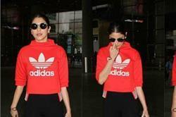 SEE PICS: सिपंल लुक में Swag दिखाती एयरपोर्ट के बाहर स्पॉट हुईं अनुष्का शर्मा!