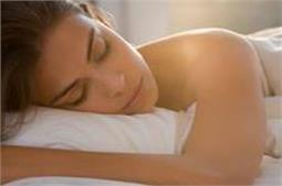 रात को बिना कपड़ों के सोने से मिलते है कई फायदें