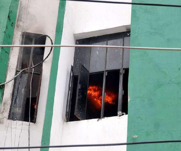 बिल्डिंग में लगी भीषण आग, 30 छात्रों ने खिड़कियों से कूदकर बचाई अपनी जान