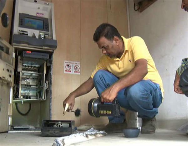 पुलिस के लिए सिरदर्द बने चोर, शातिराना अंदाज में ATM से उड़ाए लाखों