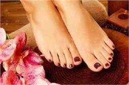 खूबसूरत पैरों के लिए घर पर इस तरह करें Pedicure