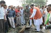 PM मोदी के जन्मदिन पर डिप्टी सीएम ने झाड़ू लगाकर दिया स्वच्छता का संदेश