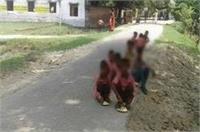 सड़क पर बैठकर मिड-डे-मील खाने को मजबूर हैं ये बच्चे, जानिए क्या है कारण