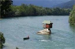 कोई बना है नदीं के बीच तो कोई बर्फ के पहाड़ों पर, ऐसे हैं ये अनोखे घर