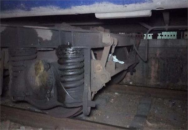 लापरवाही से बाज नहीं आ रहा रेल प्रशासन, एक और बड़ा हादसा होने से टला