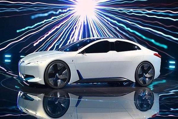 BMW ने पेश की इलेक्ट्रिफाइड सेडान कार, टेस्ला के इस मॉडल को दे सकती है टक्कर