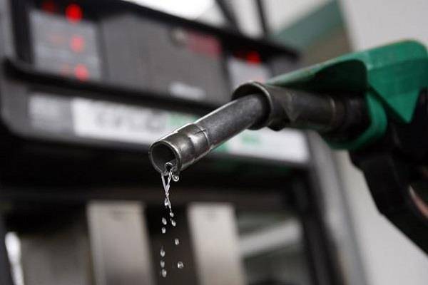 पेट्रोल भरवाते समय इन बातों का रखें ध्यान, बढ़ेगी माइलेज