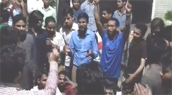 BHU के बाद अब AMU में भी छात्रों का हंगामा, कुलपति आवास पर जमकर किया प्रदर्शन