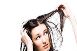 ऑयली और चिपचिपे बालों की समस्या को दूर करेंगे ये टिप्स