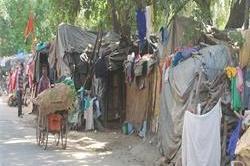 सरकारी घोषणा के बावजूद बनी झुग्गी-झोंपड़ी बस्ती को नहीं किया गया शिफ्ट