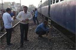 आगरा में एक खाली ट्रेन के दो डिब्बे पटरी से उतर गए