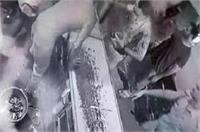 CCTV में कैद हुई पुलिस की दबंगई, दुकान के काउंटर को पलटा