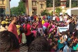 BHU मामलाः डीएम-SSP ने की शांति की अपील, पर कुलपति ने नहीं तोड़ी चुप्पी