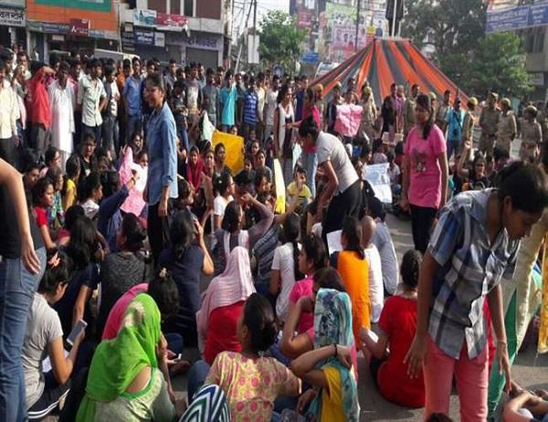 BHU की प्रर्दशनकारी छात्राओं का आरोप- देखकर हस्तमैथुन करते हैं लड़के