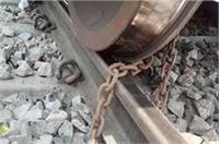 रेलवे ड्राइवर की ड्यूटी हुई पूरी तो मालगाड़ी को लगा दिया ताला