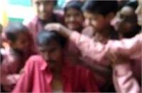 यहां नशे में धुत हेडमास्टर के साथ छात्रों को करना पड़ा फोटो सेशन, वीडियो वारयल
