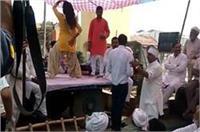 2 मिनट के मौन के बाद बार बालाओं के स्टेजतोड़ू डांस से सजा किसानों का धरना प्रदर्शन