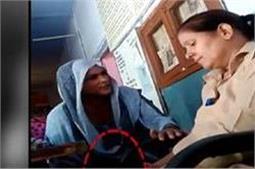 देखिए कैसे बैखौफ ये महिला कांस्टेबल थाने में ले रही रिश्वत