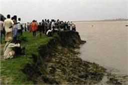बागपत के बाद बलिया में भी पलटी नाव, 1 की मौत 2 की तलाश जारी