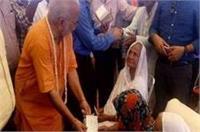 दूसरों के घरों में बर्तन साफ करती है शहीद की बहू, BJP नेता ने दिया 11 हजार का चेक