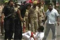 कानपुर में सपा कार्यकर्ताओं ने CM योगी का रोका रास्ता, पुलिस ने किया लाठीचार्ज