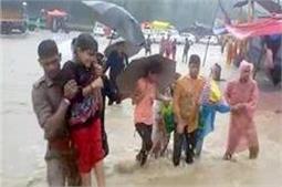 मूसलाधार बारिश का कहरः बाढ़ के पानी में फंसे श्रद्धालु, पुलिस ने रेस्क्यू कर बचाई जान