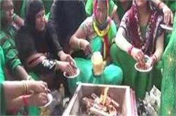जानिए क्याें, योगी को खुश करने के लिए मुस्लिम महिलाओं ने किया हवन पूजन