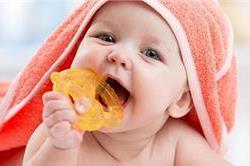 अापके बच्चे के भी निकल रहे हैं दांत, ताे इन बाताें का रखें खास ख्याल