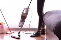 न्यूड होकर घर की सफाई करती है यह कामवाली बाई!