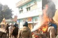 2 पक्षों के विवाद में हुए पथराव-आगजनी में कई पुलिसकर्मी घायल, पुलिस ने किया लाठीचार्ज