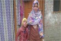 गोंडा: दिव्यांग बेटी के इलाज के लिए मांगा पैसा तो शौहर ने दिया तीन तलाक