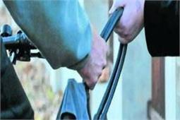 महिला की दिलेरी से पकड़ा गया बाइक सवार लुटेरा, CCTV में कैद हुई भिड़ंत