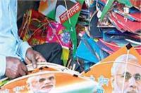 वाराणसी के आकाश में उड़ रही हैं 'मोदी-शिंजो बुलेट ट्रेन' पतंगें