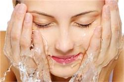 चेहरा धोते समय ये 6 गलतियां पहुंचा सकती है आपकी स्किन को नुकसान