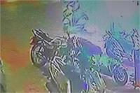 शोरूम पर बमबाजी कर फरार हुए बदमाश, CCTV में कैद हुई पूरी घटना