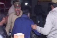 नए साल के जश्न में हुड़दंग करने वालों पर चली पुलिस की लाठियां